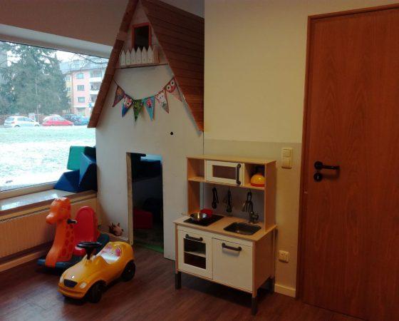 großer Raum mit Billard, Kicker und Spielküche uvm